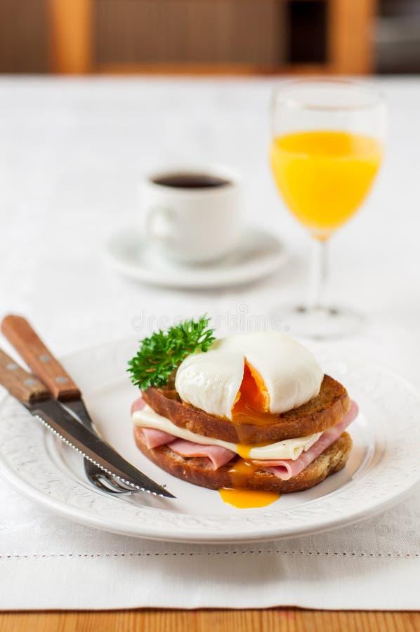 Croque madame, Francuska grzanka z jajkiem zdjęcie stock