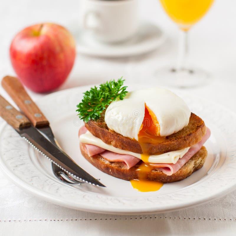 Croque madame, Francuska grzanka z jajkiem obraz stock
