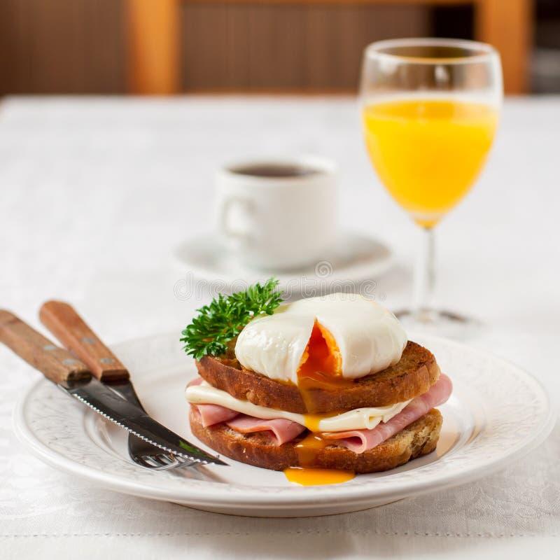 Croque madame, Francuska grzanka z jajkiem zdjęcia royalty free