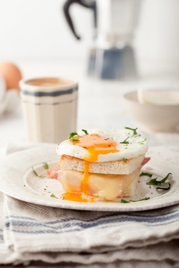 Croque madame, jajko, baleron, serowa kanapka Tradycyjna francuska kuchnia fotografia royalty free