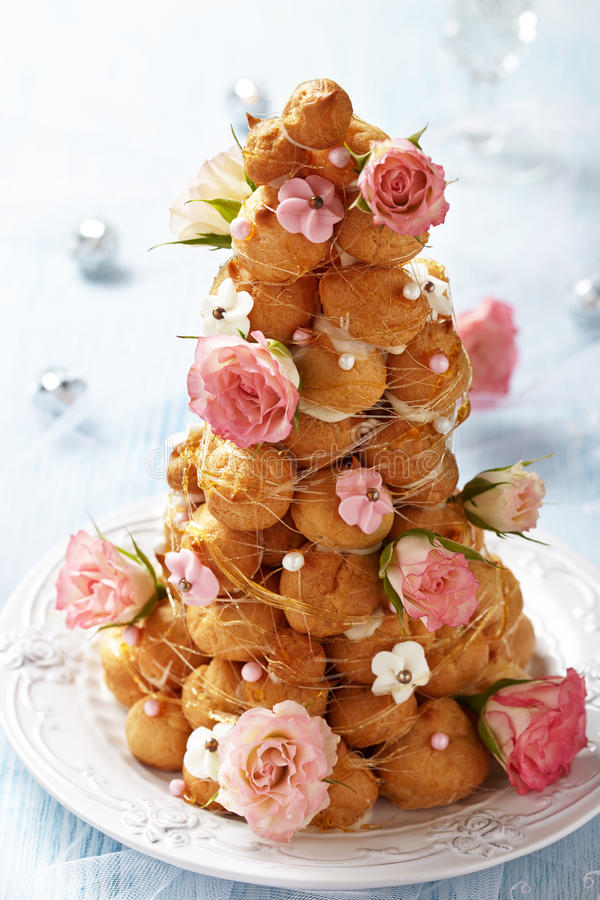 Croquembouche avec les roses roses et blanches de givrage photo libre de droits