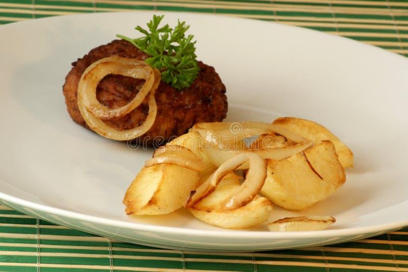 Croqueta con la patata y la cebolla asadas a la parilla imagen de archivo