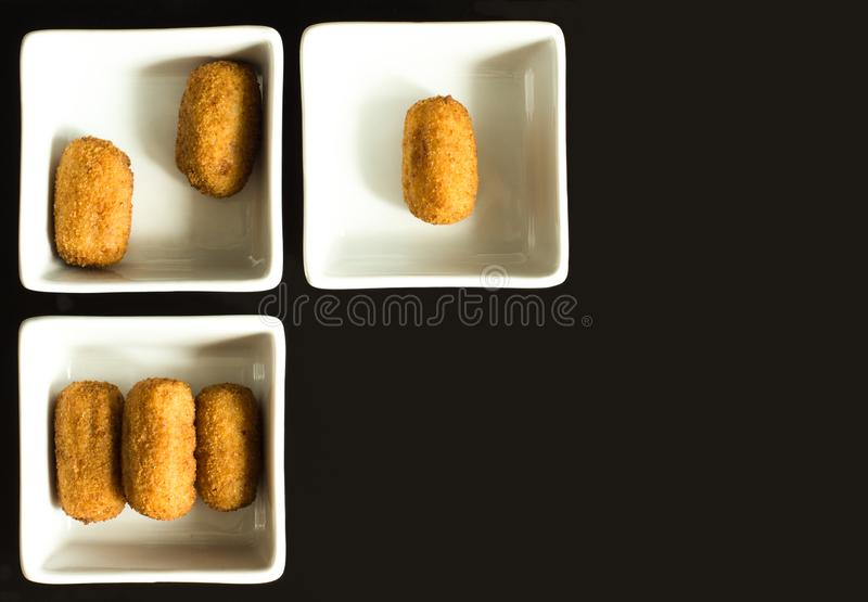 Croquetten in witte containers royalty-vrije stock foto's