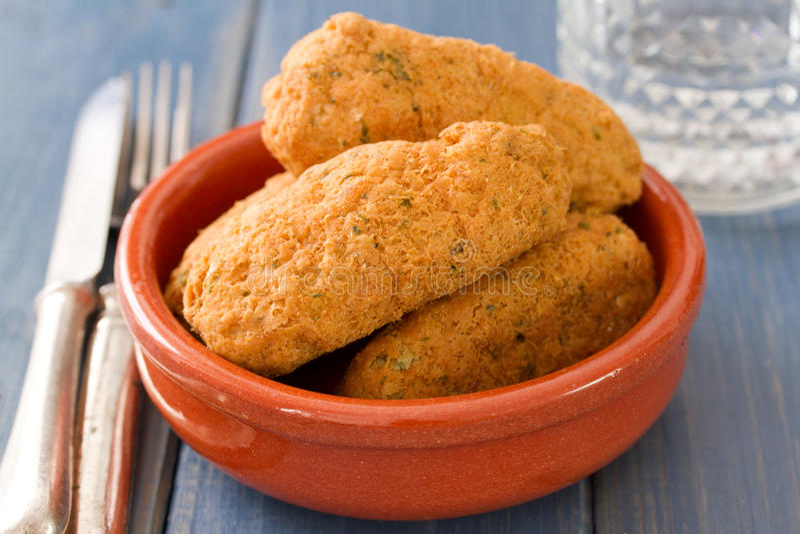 Croquettes рыб на блюде стоковые фото