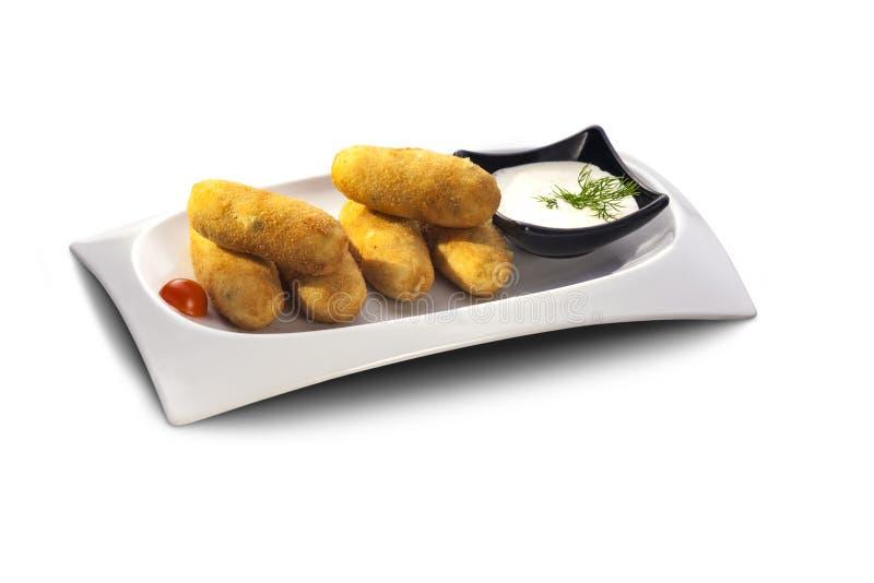Croquettes délicieuses de pomme de terre avec de la sauce photographie stock