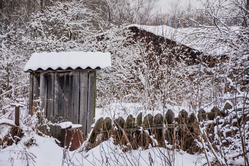 Croquis d'hiver Neige pelucheuse sur des maisons, des barrières et d'autres bâtiments photographie stock