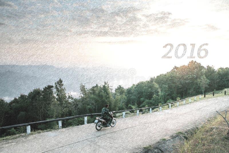 Croquis de moto de tour de l'homme sur la montagne et rechercher 2016 nouvelles années images libres de droits