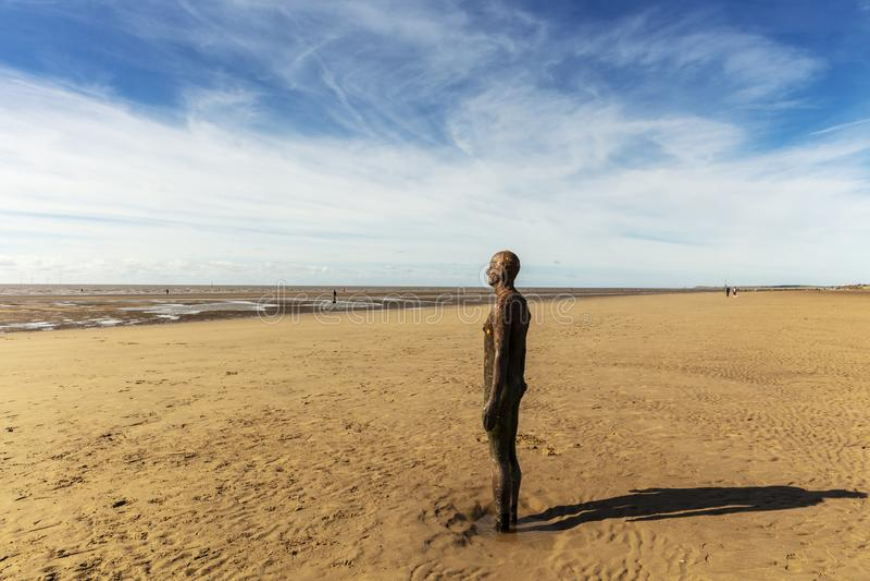 Crosby-Strand, nahe Liverpool mit Skulpturen lizenzfreies stockbild