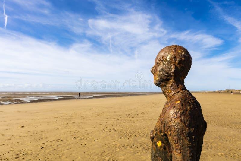 Crosby-Strand, nahe Liverpool mit Skulpturen stockfotos