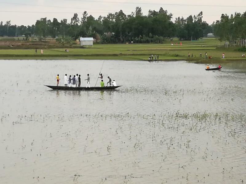 crose de la gente el río con el barco foto de archivo libre de regalías