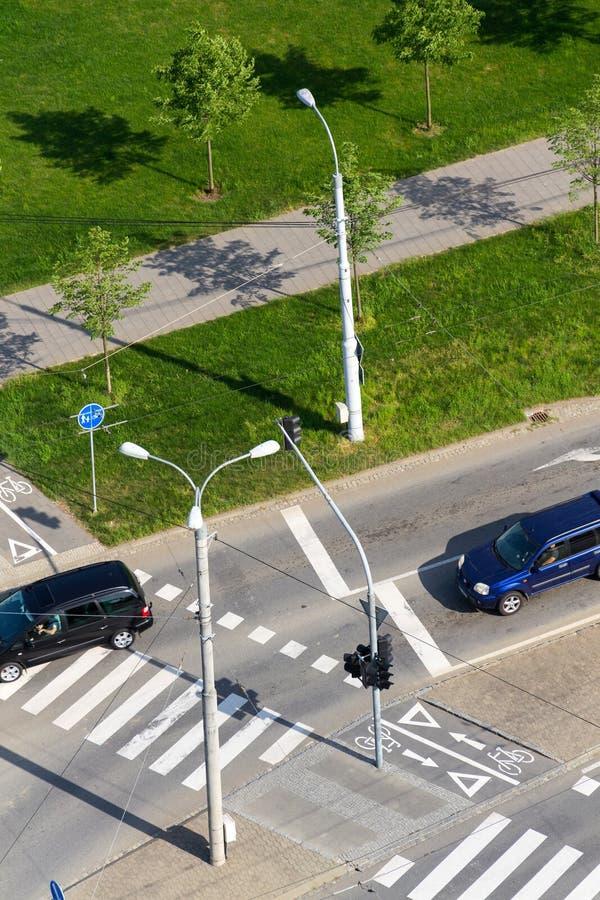 crosing有行人穿越道和自行车横穿的,鸟瞰图的汽车交叉路 免版税库存图片