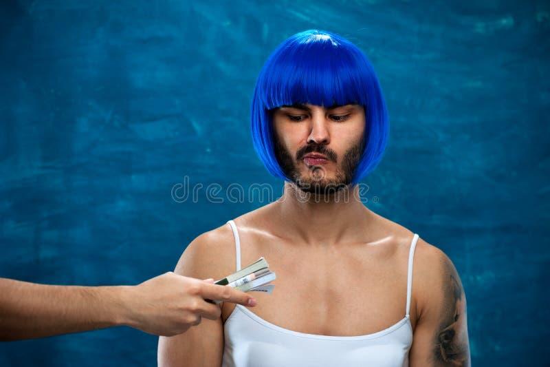 Cross-Dressingperson, die mit Stapel Geld aufwirft lizenzfreies stockfoto