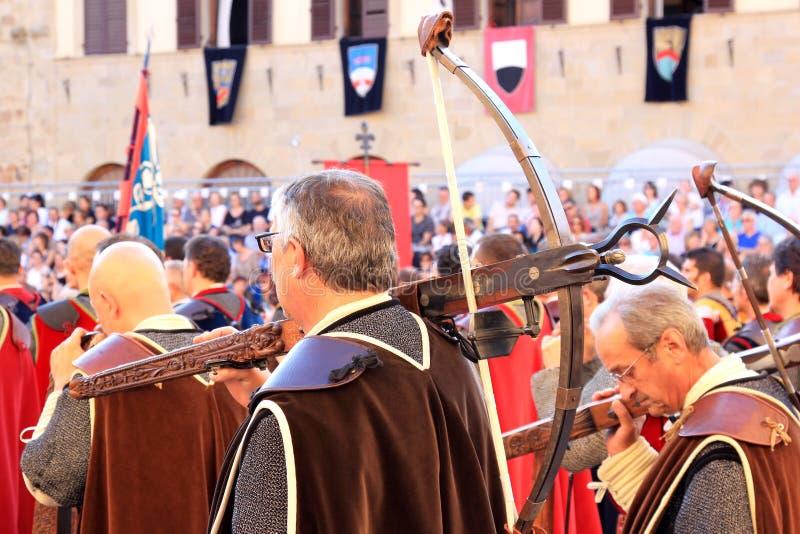 Crossbow-men vestiti medioevali, Sansepolcro, Italia immagini stock