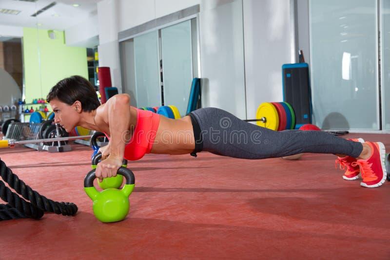 Crossfit健身妇女俯卧撑Kettlebells pushup锻炼 库存照片