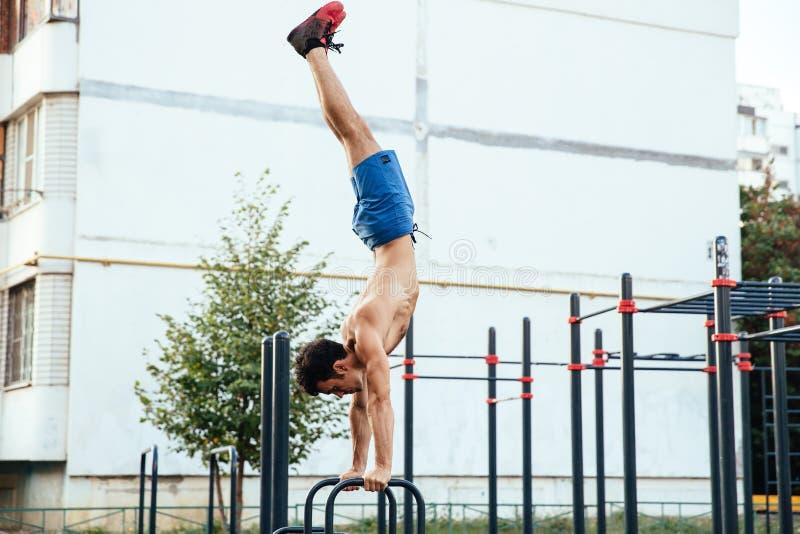 crossfit地面做的俯卧撑的运动员作为训练一部分 概念查出的体育运动白色 免版税库存照片