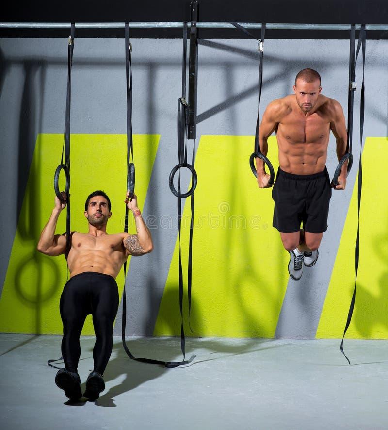 Crossfit垂度环形二在健身房浸洗的人锻炼 免版税库存图片