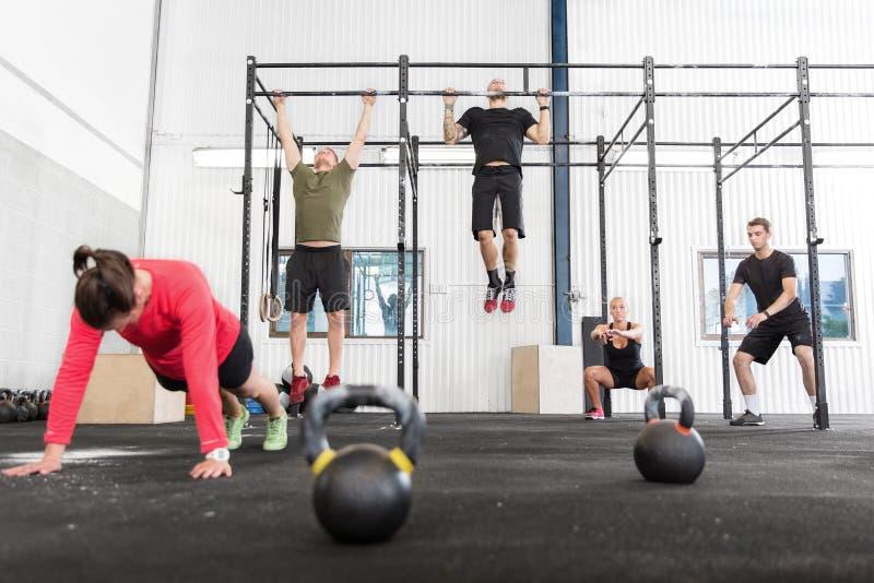 Crossfit小组训练不同的锻炼 图库摄影