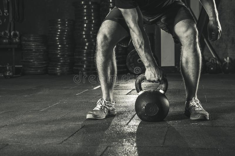 Crossfit die kettlebell in gymnastiek opleiden royalty-vrije stock afbeelding