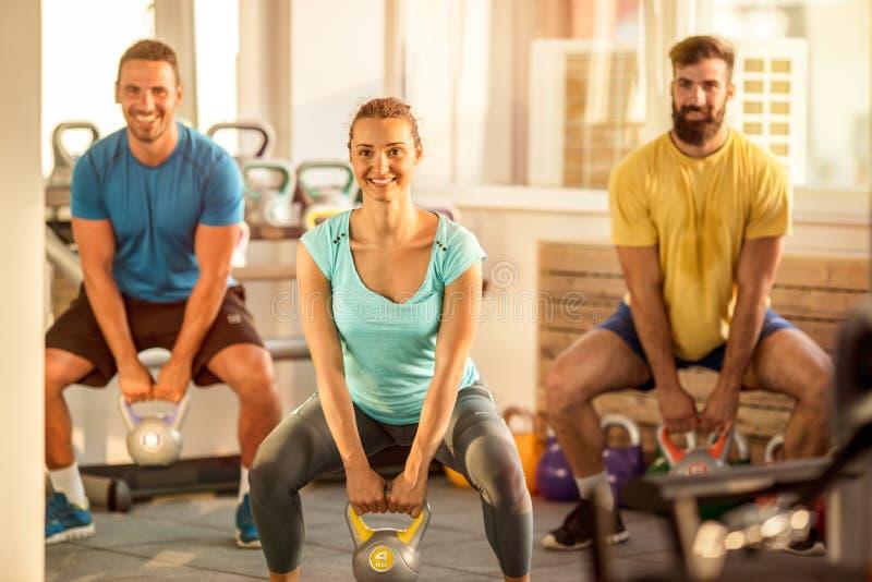 Crossfit die kettlebell in gymnastiek opleiden stock afbeeldingen