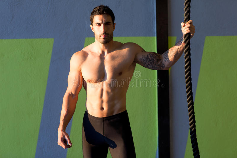 Crossfit gym mężczyzna mienia ręka wspinaczkowa arkana obraz royalty free