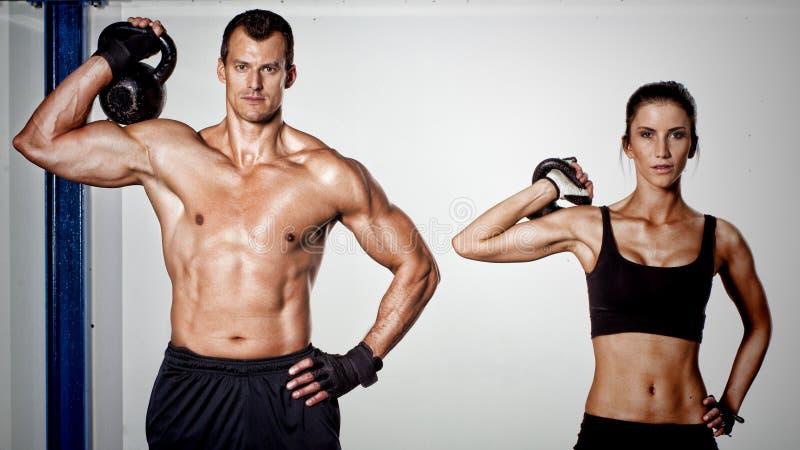 Crossfit kettlebell健身训练男人和妇女 库存图片