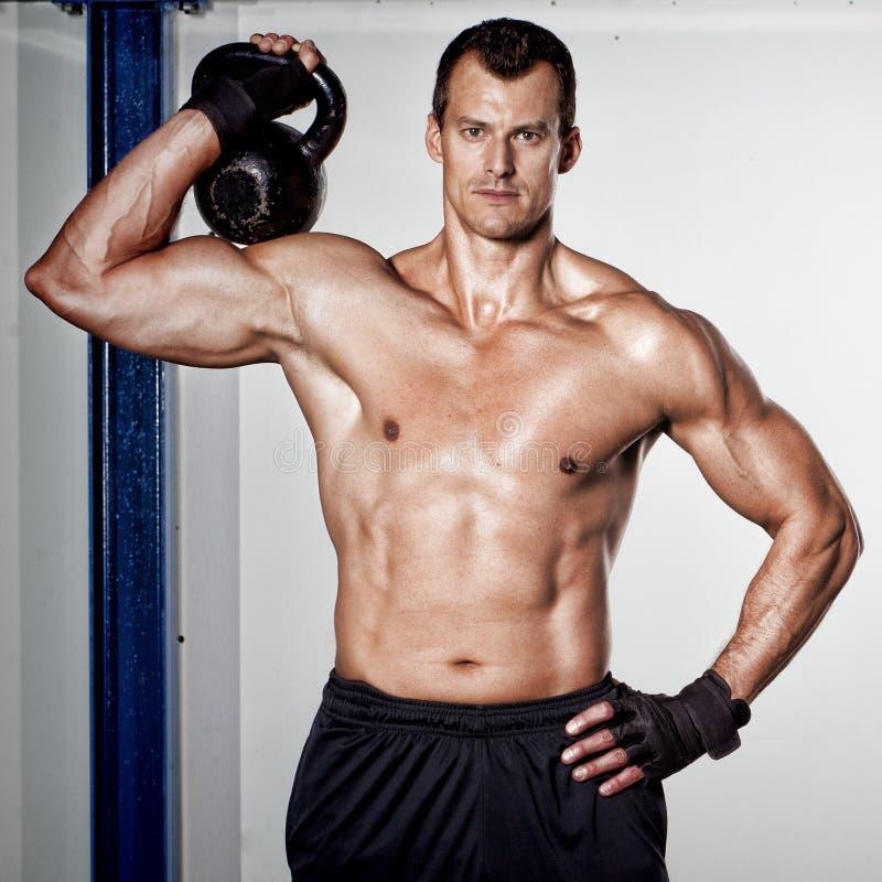 Crossfit kettlebell sprawności fizycznej szkolenia mężczyzna zdjęcie royalty free