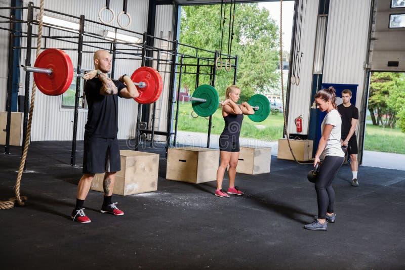 Crossfit opleiding met gewichten en kettlebells royalty-vrije stock fotografie