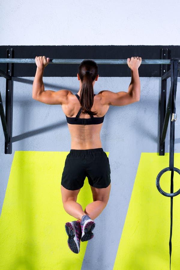 Crossfit toes para barrar o exercício das barras de tração-UPS 2 da mulher fotografia de stock