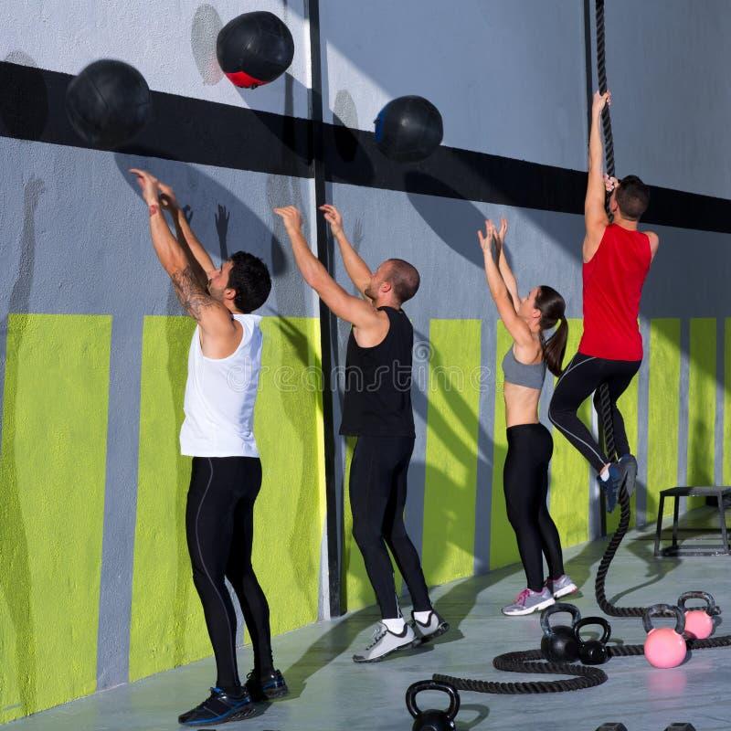 Crossfit Trainings-Leutegruppe mit Wandkugeln und -seil stockfotografie