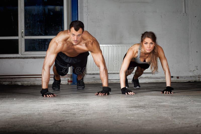 Crossfitduw op oefening in een gymnastiek royalty-vrije stock fotografie