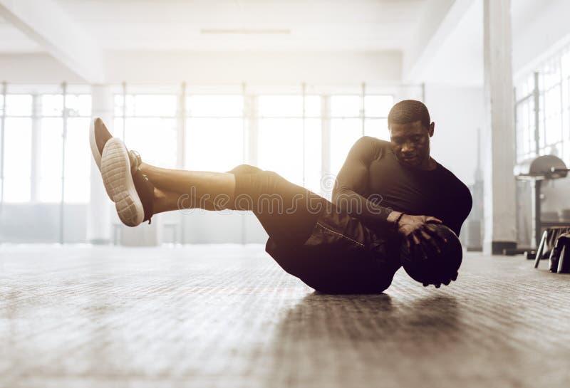 Crossfitkerel opleiding bij de gymnastiek royalty-vrije stock foto