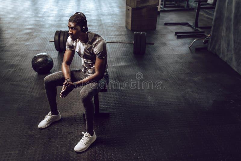 Crossfitkerel opleiding bij de gymnastiek royalty-vrije stock fotografie