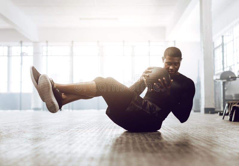 Crossfitkerel opleiding bij de gymnastiek royalty-vrije stock foto's
