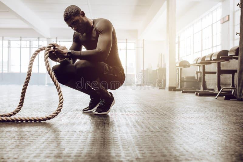 Crossfitkerel opleiding bij de gymnastiek royalty-vrije stock afbeeldingen