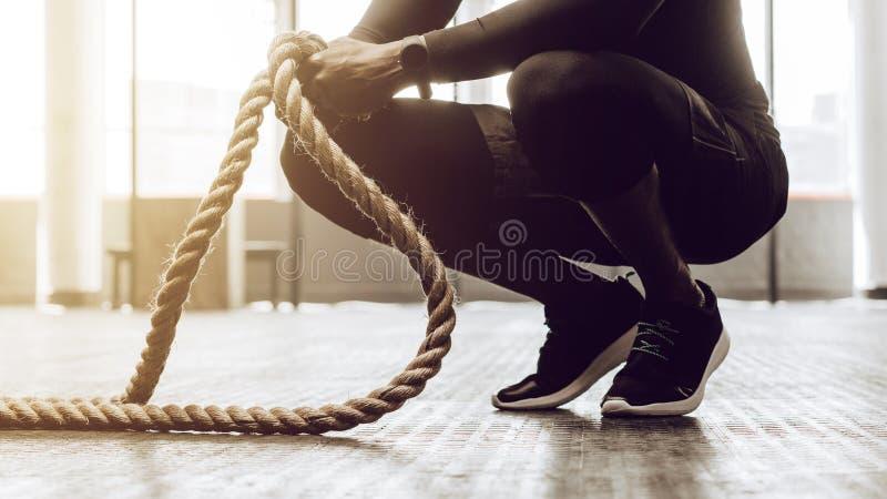 Crossfitkerel opleiding bij de gymnastiek stock foto's