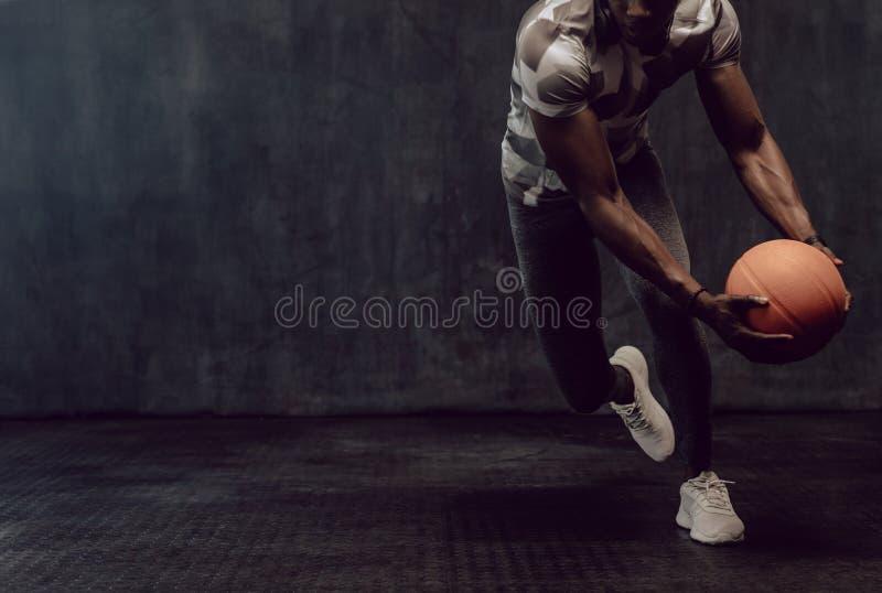 Crossfitkerel opleiding met basketbal royalty-vrije stock fotografie