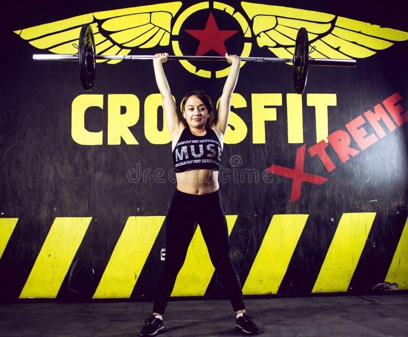 Crossfitter die hard dagelijks wod zwaargewicht opleiden stock afbeelding