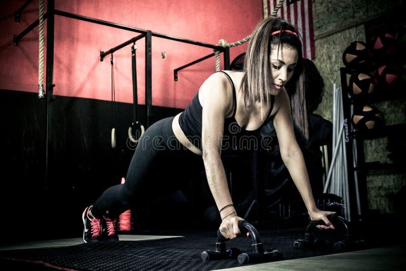 Crossfitter que entrena a flexiones de brazos diarias duras del wod imagenes de archivo