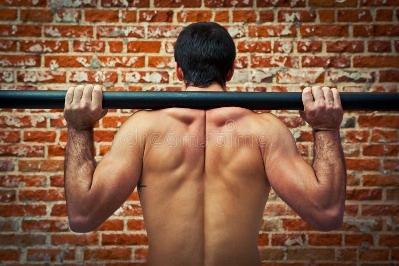 Crossfitter Szkolenie w Gym z Axle Barem obraz stock