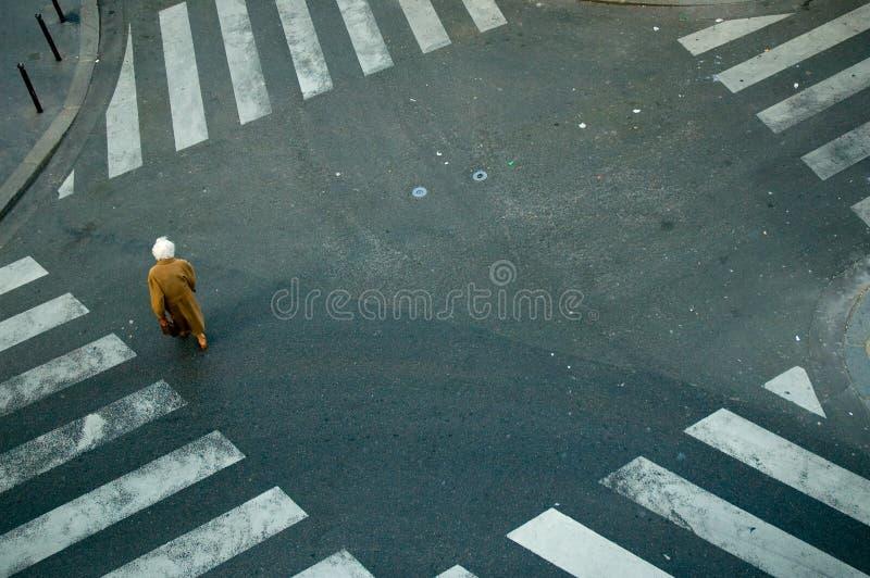 crossing elderly intersection woman 免版税库存图片