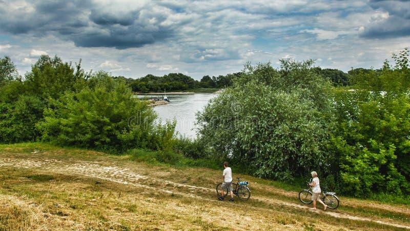 Crossisng da balsa sobre Vistula River em Masovia do sul em Polamd imagens de stock royalty free