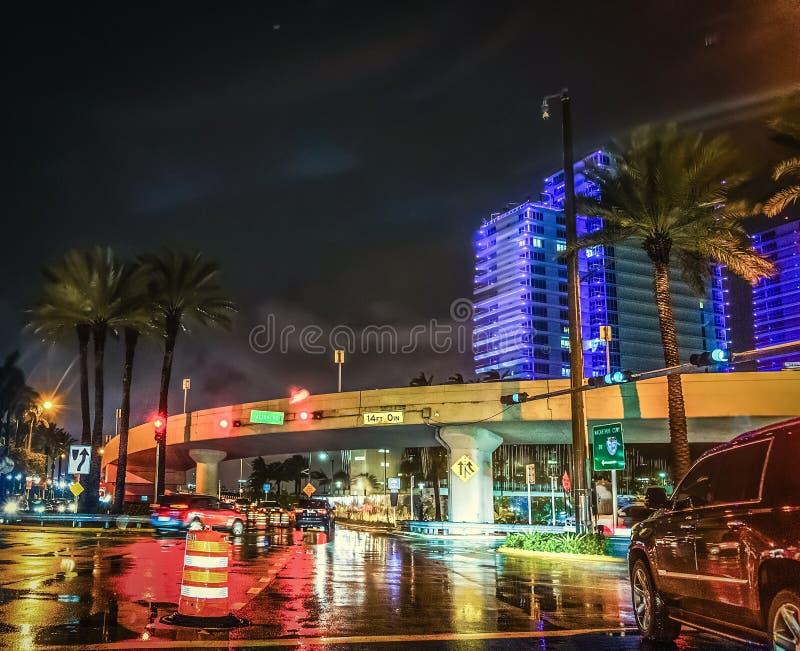 Crossroad nel centro di Miami di notte fotografia stock libera da diritti