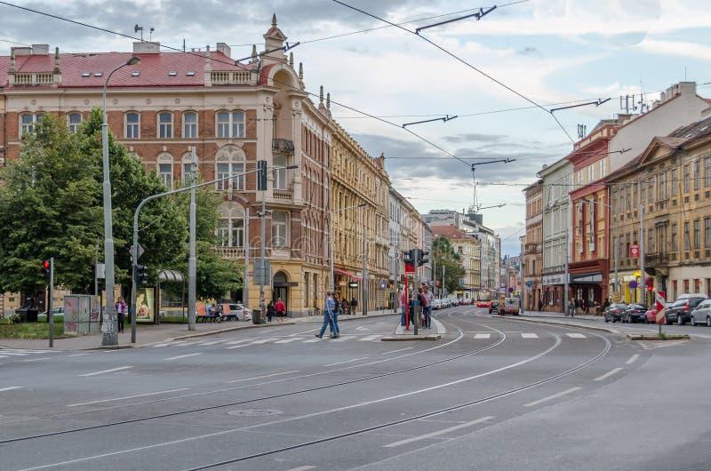 crosswalk Σταυροδρόμια στην Πράγα Οι άνθρωποι περπατούν σε ένα κανονικό για τους πεζούς πέρασμα Οι φωτεινοί σηματοδότες είναι ανο στοκ εικόνες