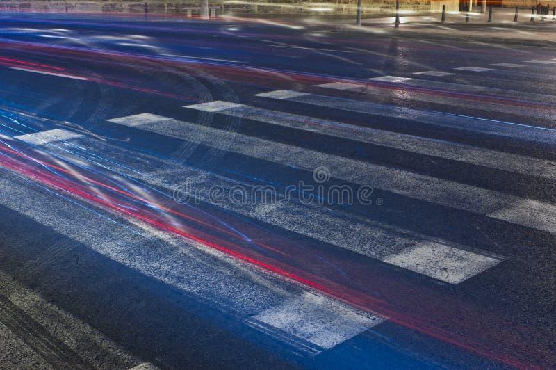 Crosswalk для пешеходов вечером стоковые фотографии rf
