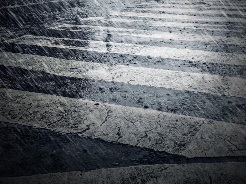Crosswalk и дождь падая в город идя дождь предпосылка стоковые изображения rf