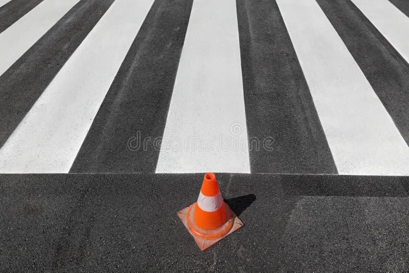 Crosswalk ремонтируя и крася, дорога и конус движения стоковое изображение rf