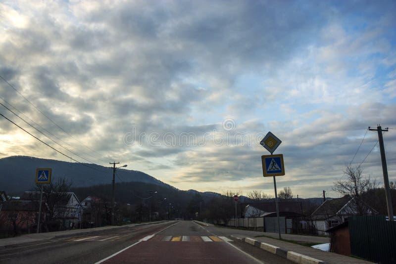 Download Crosswalk stockfoto. Bild von berg, straße, wald, reise - 90231356