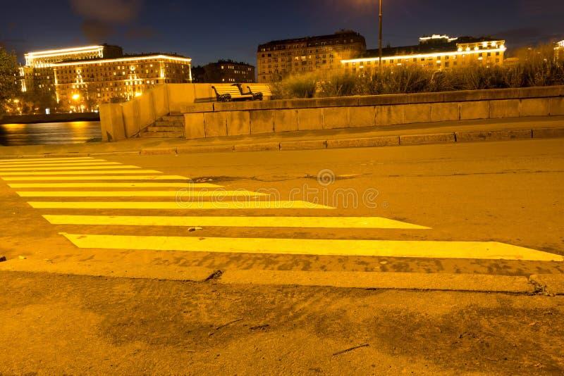 Crosswalk diagonally w parku w wieczór w światłach zdjęcia royalty free