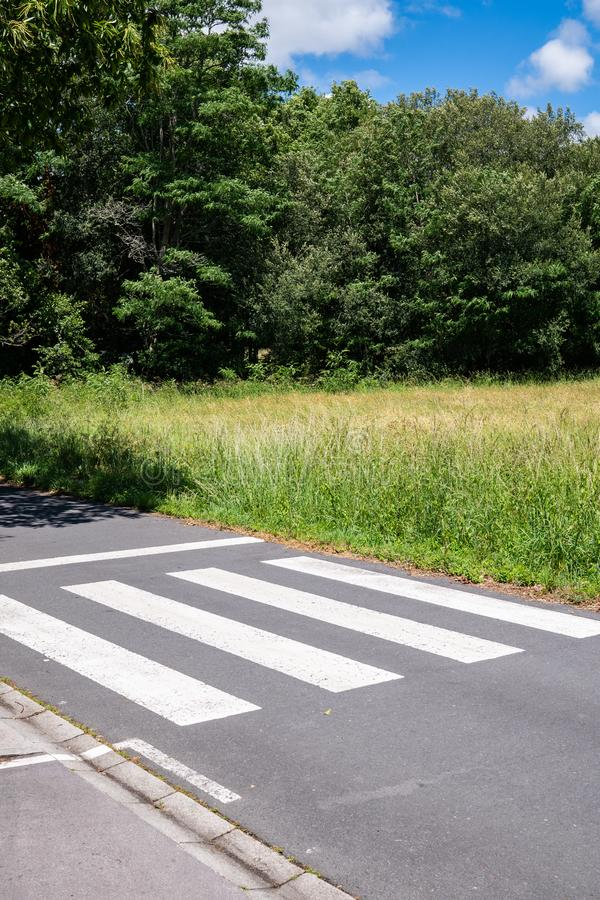 Crosswalk die eindigt op weide Urbanisatieconcept royalty-vrije stock afbeeldingen