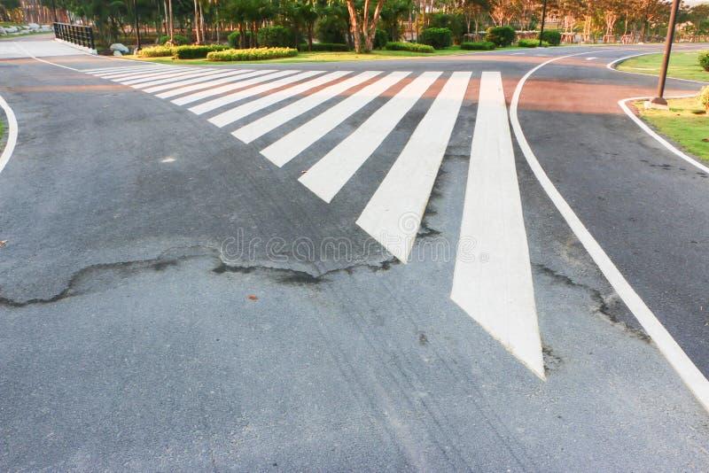 Crosswalk in het park om mensen te helpen royalty-vrije stock afbeeldingen
